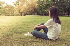 Frauenentspannung und -lügen auf grünem Gras im Park lizenzfreies stockbild