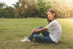 Frauenentspannung und -lügen auf grünem Gras im Park stockfoto
