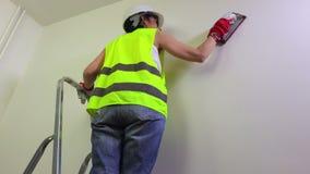 Frauenerbauer behandelt die Wand stock video footage