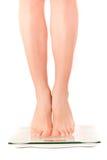 Frauenfüße auf Skala Stockfoto