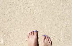 Frauenfüße auf weißem Sandstrand Entspannte barfüßigfrau durch Meer Stockfoto