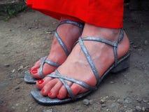 Frauenfüße stehend stehend aus den Grund Stockbild