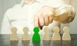 Frauenführer wählt die Person im Team Personalmanagement Begabte Arbeitskraft Einstellungspersonal Konzeptabbildung 3d lizenzfreie stockbilder