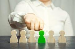 Frauenführer wählt die Person im Team Personalmanagement Begabte Arbeitskraft Einstellungspersonal Konzeptabbildung 3d stockbilder