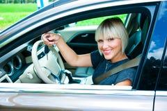 Frauenfahrer mit Autoschlüssel Stockbild