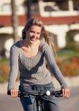 Frauenfahrradfahrt Stockfoto