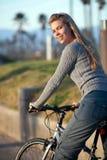 Frauenfahrradfahrt Stockfotografie