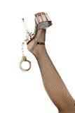 Frauenfahrwerkbein mit Schuh und Handschellen Lizenzfreie Stockfotografie
