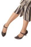 Frauenfahrwerkbeine in den schwarzen Schuhen stockbild