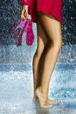 Frauenfahrwerkbeine im Swimmingpool Lizenzfreie Stockfotografie