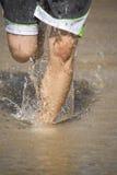 Frauenfahrwerkbeine im Wasser Stockfotografie