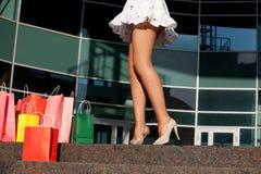 Frauenfahrwerkbeine mit Einkaufenbeuteln Lizenzfreies Stockbild