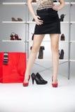 Frauenfahrwerkbeine mit roten hohen Absätzen Lizenzfreie Stockfotografie