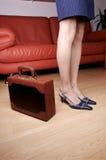 Frauenfahrwerkbeine u. Aktenkoffer 1 Lizenzfreie Stockfotografie