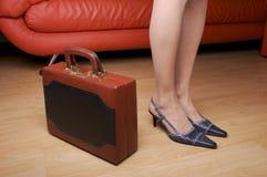Frauenfahrwerkbeine u. -aktenkoffer Lizenzfreie Stockfotos