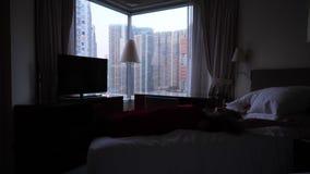 Frauenfall auf Bett und sich entspannen stock footage