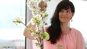Frauenfall-Osterei auf Kirschniederlassung stock footage