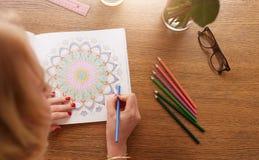 Frauenfarbton mit Farbbleistiften für Entspannung Stockfoto