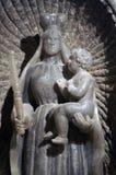 Frauenfigur in einer Krone mit einem Kind in ihren Armen hergestellt vom Steinsalz Lizenzfreies Stockbild