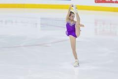 Frauenfigur-Schlittschuhläufer führt Damen-freies Eislaufprogramm Eis-Stern-am internationalen Eiskunstlaufwettbewerb durch Stockbild