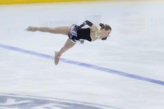 Frauenfigur-Schlittschuhläufer führt Damen-freies Eislaufprogramm Eis-Stern-am internationalen Eiskunstlaufwettbewerb durch Lizenzfreies Stockfoto