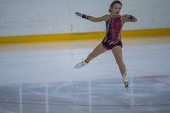 Frauenfigur-Schlittschuhläufer führt Küken-Damen-freies Eislaufprogramm an der Minsk-Arena-Schale durch Lizenzfreie Stockfotos