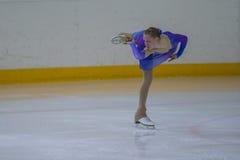 Frauenfigur-Schlittschuhläufer führt Küken-Damen-freies Eislaufprogramm an der Minsk-Arena-Schale durch Stockbilder