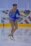 Frauenfigur-Schlittschuhläufer führt Küken-Damen-freies Eislaufprogramm an der Minsk-Arena-Schale durch Stockbild