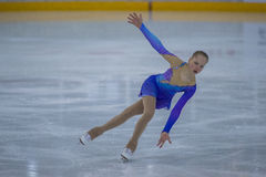 Frauenfigur-Schlittschuhläufer führt Küken-Damen-freies Eislaufprogramm an der Minsk-Arena-Schale durch Lizenzfreie Stockbilder