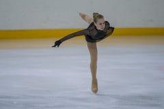 Frauenfigur-Schlittschuhläufer führt Küken-Damen-freies Eislaufprogramm an der Minsk-Arena-Schale durch Stockfoto