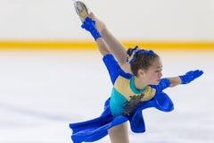Frauenfigur-Schlittschuhläufer führt Mädchen-freies Eislaufprogramm an Minsk-Arena-Schale 2018 durch Stockfoto