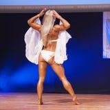 Frauenfigurmodell biegt ihre Muskeln und zeigt ihr Konstitution Stockfoto