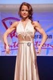 Frauenfigurmodell im Abendkleid zeigt ihr Bestes Stockfoto