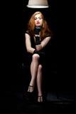 Frauenfilm noir sitzende Plafond-Lampe Lizenzfreie Stockbilder
