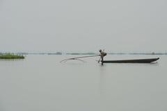Frauenfischen im See mit Netz Stockbilder