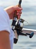 Frauenfischen mit Gestänge Lizenzfreies Stockbild
