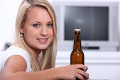 Frauenflasche Bier Stockfotografie