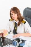 Frauenfluglinienpilot im Büro lizenzfreie stockbilder