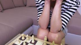 Frauenfokusse auf dem Schachspielen stock video
