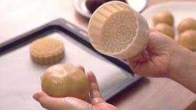 Frauenformteilmond-Kuchengebäck mit schöner festlicher Form auf Backblech, festliches Backen für traditionelles Mittherbstfest, stock video
