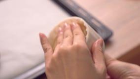 Frauenformteilmond-Kuchengebäck mit schöner festlicher Form auf Backblech, festliches Backen für traditionelles Mittherbstfest, stock footage