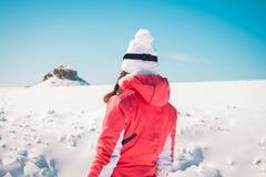 Frauenforscherskifahrer, der den schneebedeckten Horizont schaut Stockfotografie