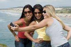 Frauenfotographie auf dem Strand Stockfotografie