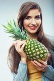 Frauenfruchtdiät-Konzeptporträt mit grüner Ananas Lizenzfreie Stockbilder