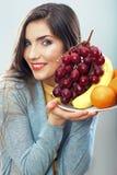 Frauenfruchtdiät-Konzeptporträt mit tropischen Früchten Stockfotografie