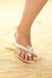 Frauenfuß auf Sand Stockbild
