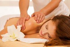 Frauenfuß im Wasser Badekurortkörper-Massagebehandlung Frau, die Massage in t hat stockbild