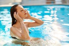 Frauenfuß im Wasser frische Frau, die im Pool sich entspannt Schönheit, gesundes Li lizenzfreie stockfotos