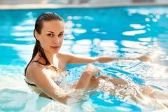 Frauenfuß im Wasser frische Frau, die im Pool sich entspannt Schönheit, gesundes Li lizenzfreie stockbilder