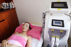 Frauenfuß im Wasser Laser-Haar-Abbau Epilations-Behandlung Glatte Haut Lizenzfreies Stockbild